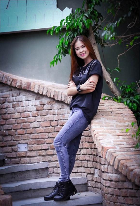 Khởi My trung thành với quần jean, áo thun trẻ trung, cá tính - 4