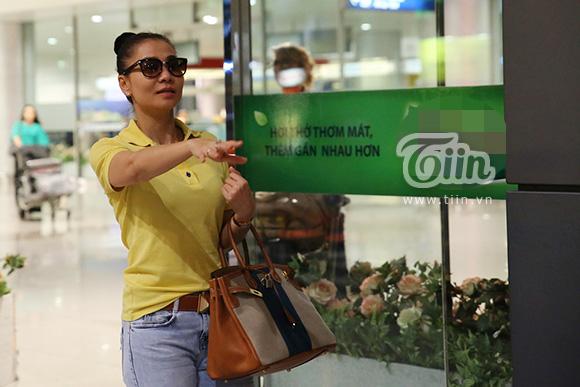 Vợ chồng Thu Minh giản dị tại sân bay