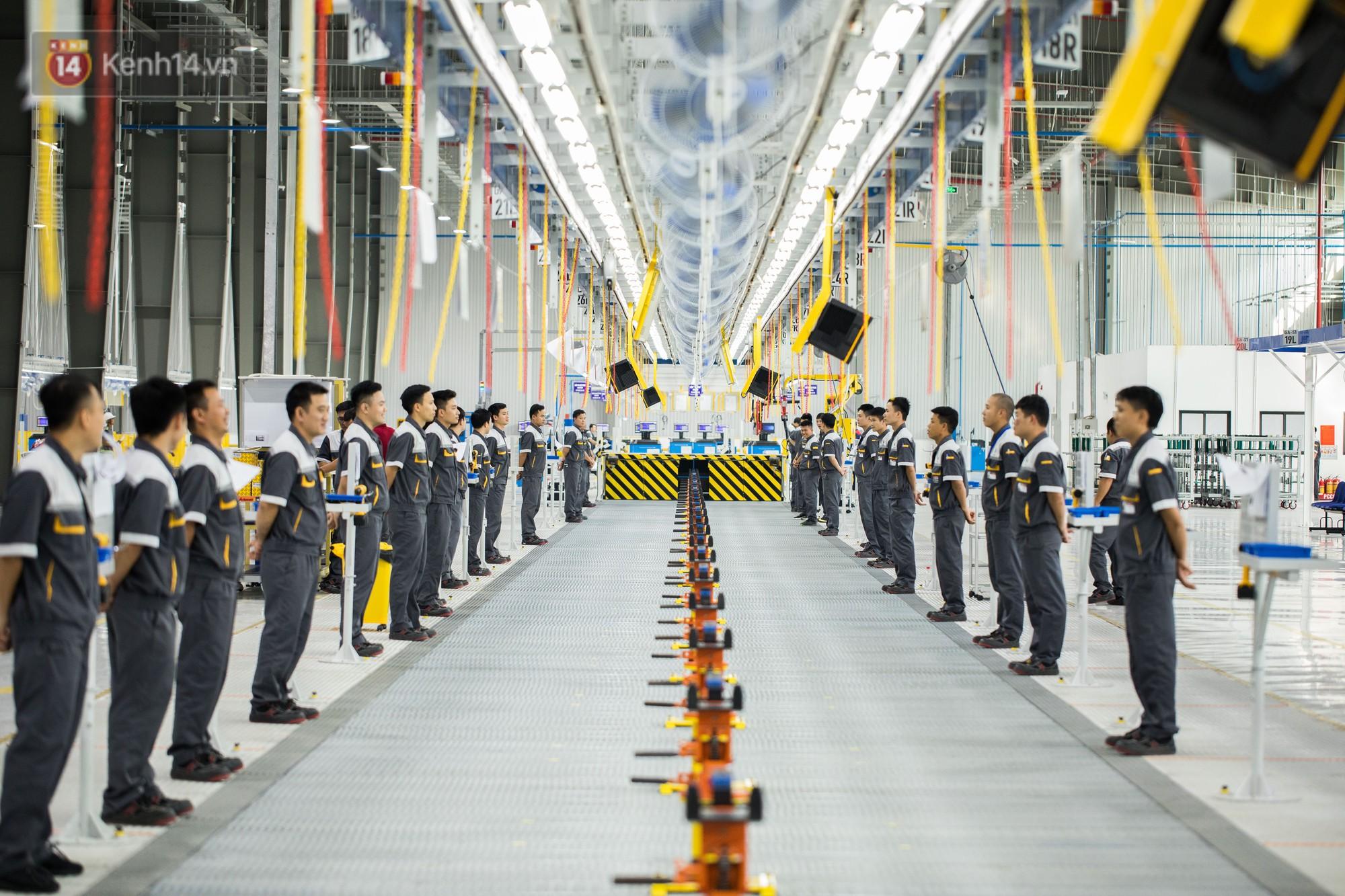 Nhà máy Vinfast tràn ngập công nhân mặc đồng phục bảo hộ lao động