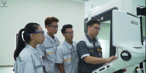 Các học viên Vinfast mặc áo bảo hộ lao động trong giờ học