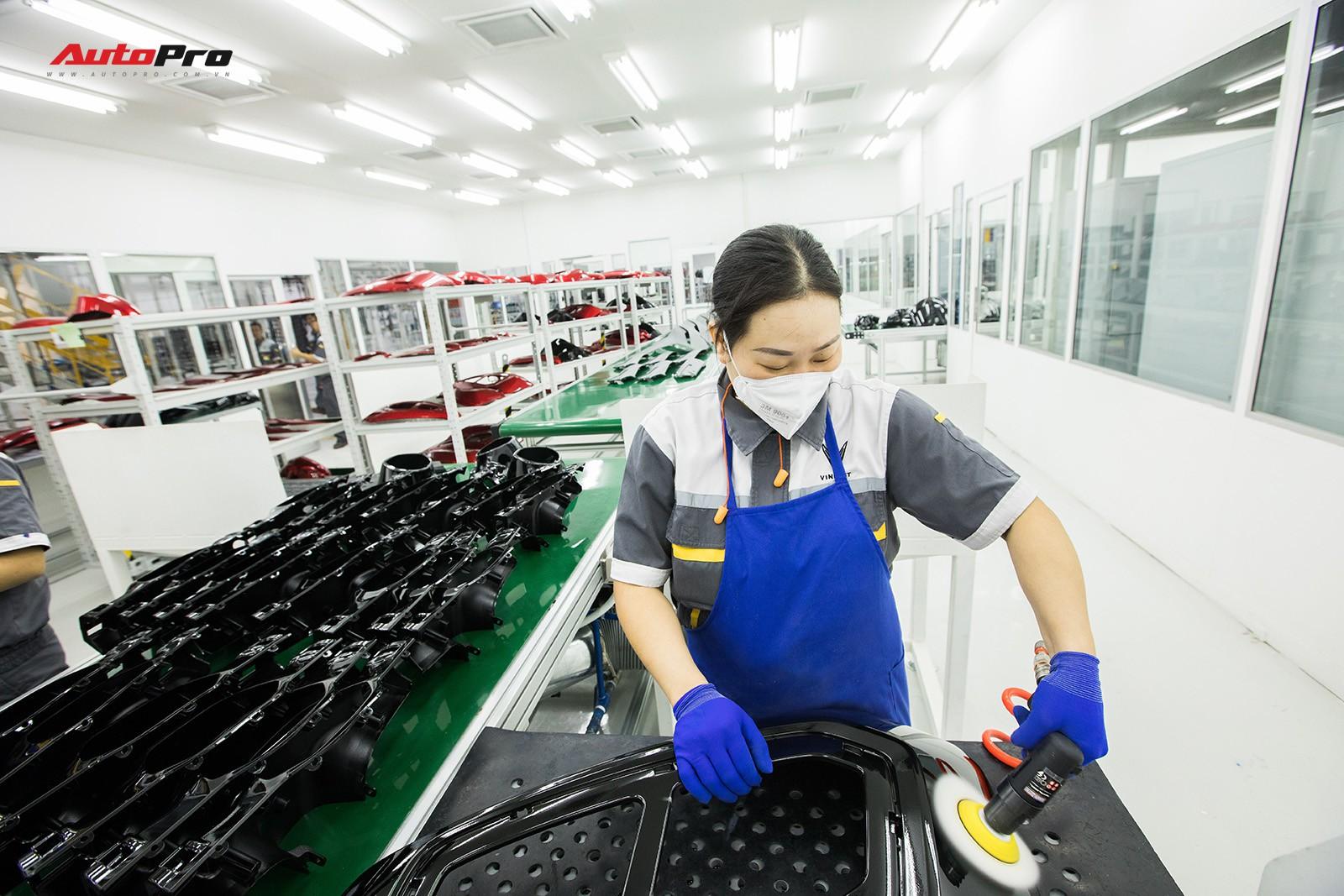 Nữ công nhân Vinfast trong trang phục bảo hộ lao động