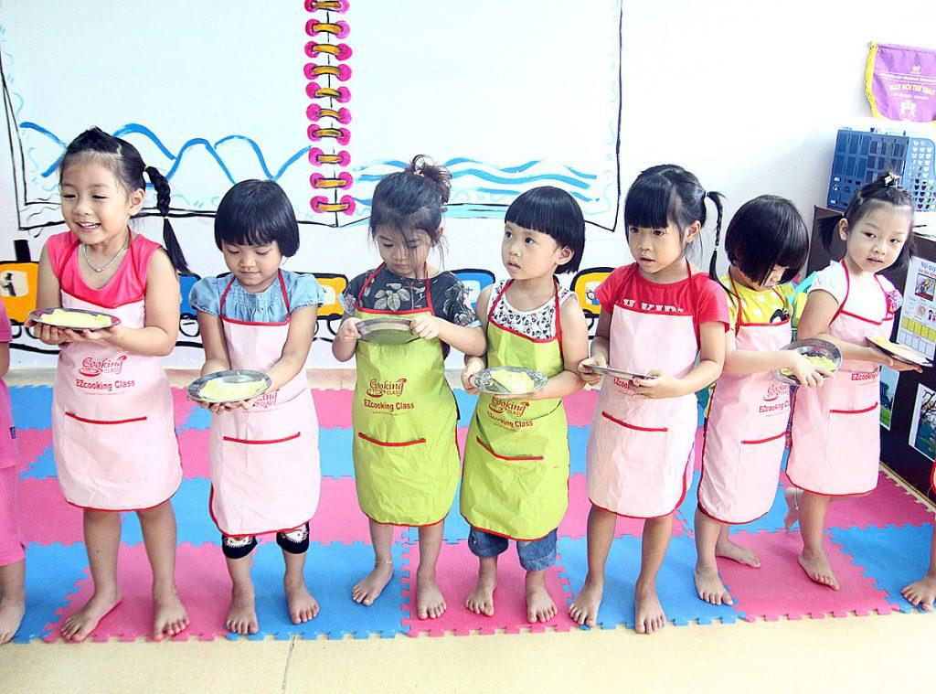 """""""Siêu đầu bếp nhí"""" tại trường Mầm Non VINSCHOOL VHR đeo tạp dề học nấu ăn"""