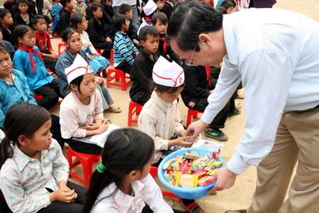 Tổng công ty Xăng dầu Việt Nam (Petrolimex) đã trao tặng 1.050 đồng phục cho học sinh của trường THCS Sủng Trái, huyện Đồng Văn, tỉnh Hà Giang