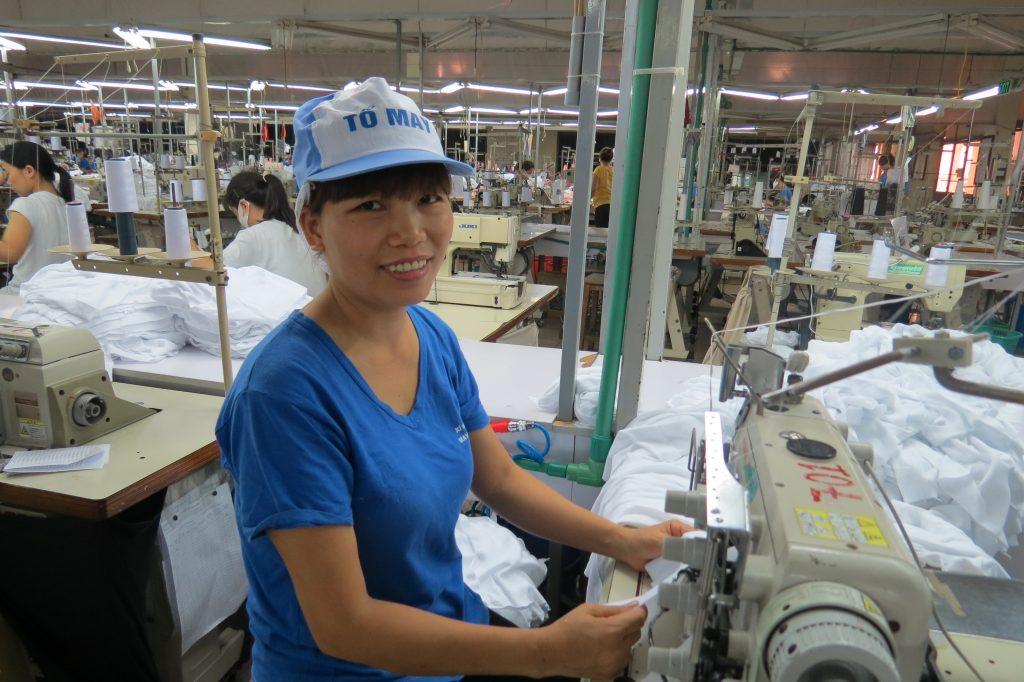 Nghề may là công việc mà chị Đông đã yêu và gắn bó suốt 20 năm qua - Ảnh: Thu Hoài