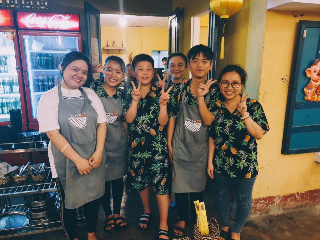 Hình ảnh thực tế tạp dề đồng phục nhân viên Nhà Hàng BBQ Thùng Phi tại Đà Nẵng