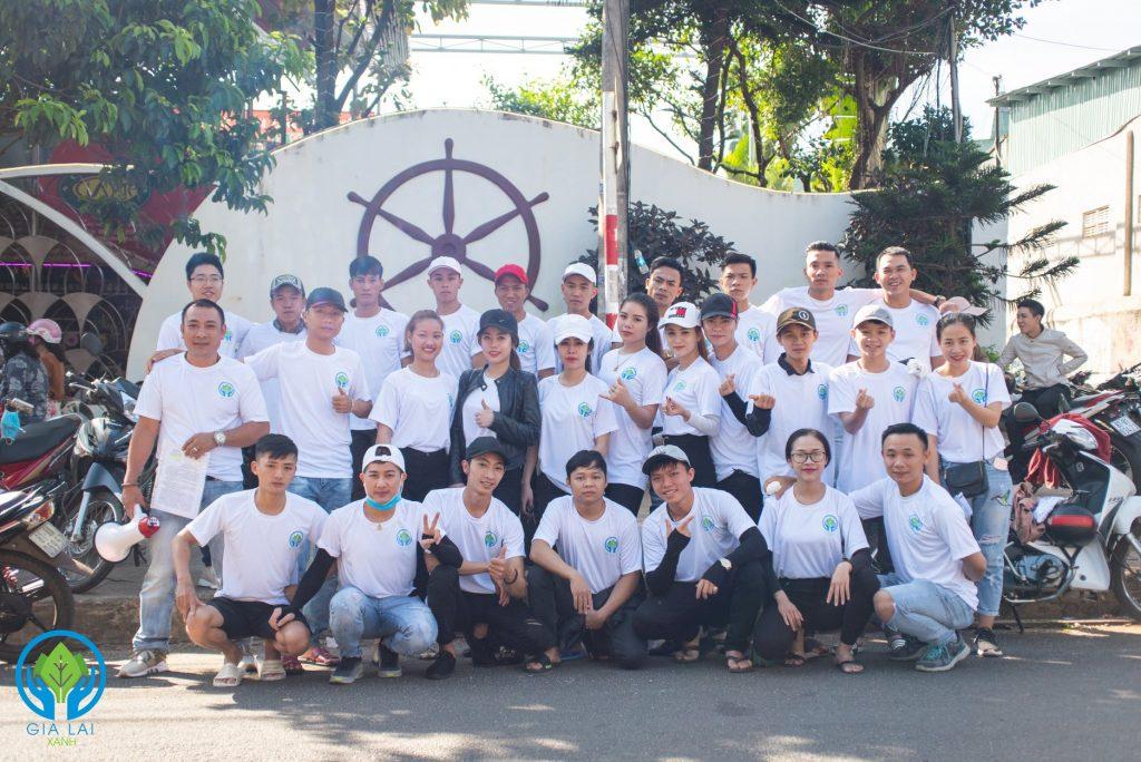 Thành viên nhóm Gia Lai Xanh mặc đồng phục áo thun