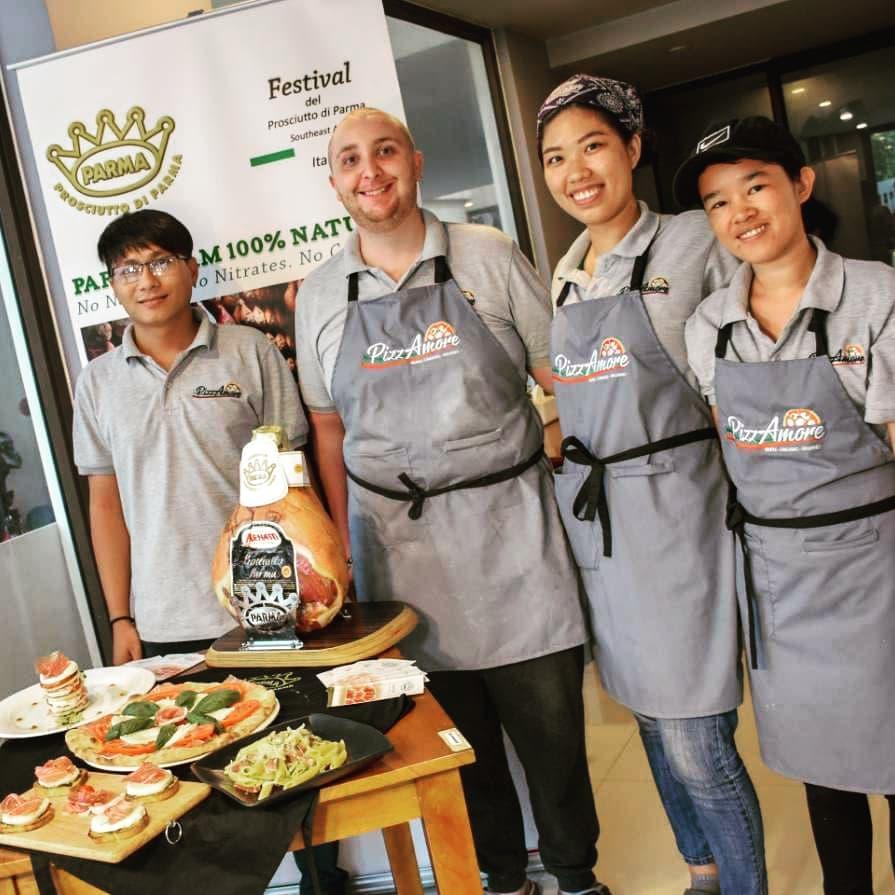 Tạp dề đồng phục nhà hàng Pizza Ý - PizzAmore tại Quận 2 - 2