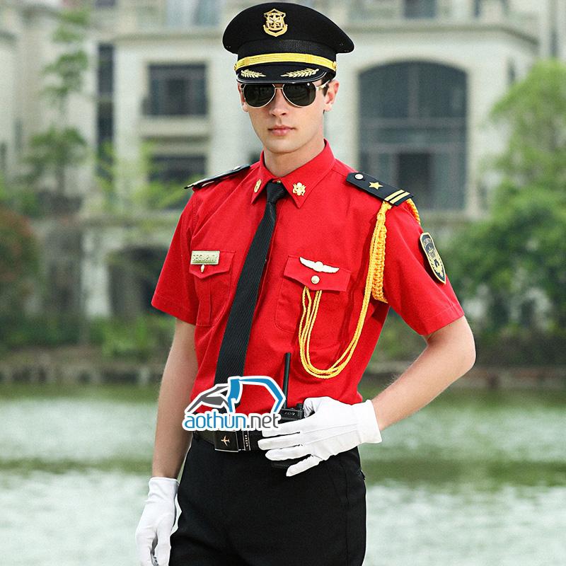Nam nhân viên mặc đồng phục bảo vệ